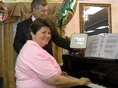 Una mujer intenta batir el record mundial de horas cosecutivas tocando el piano